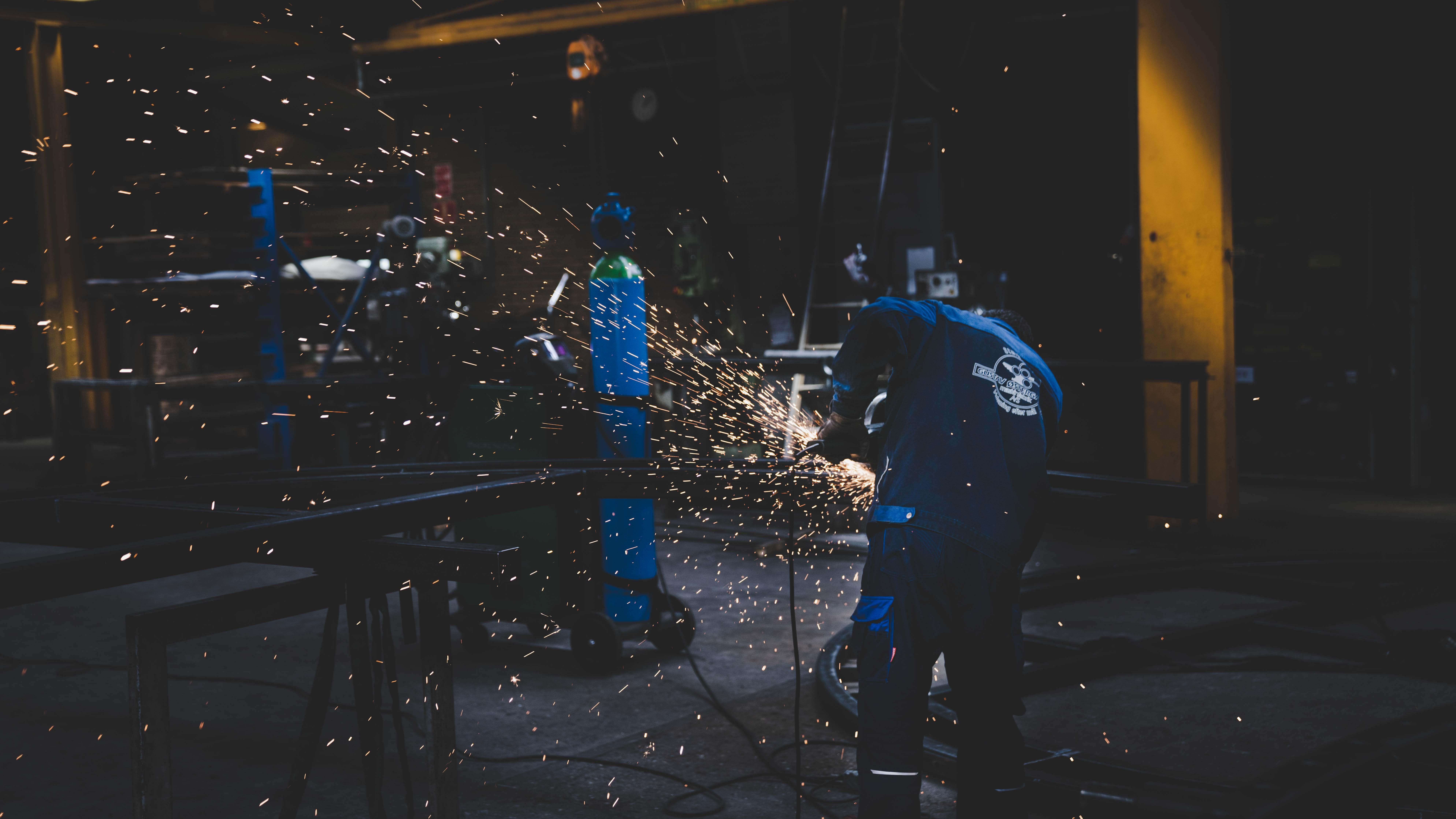 Arbejder som skære i metal